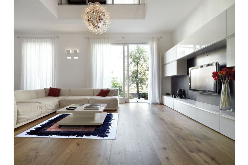 Tricolor cowhide rug with beige core